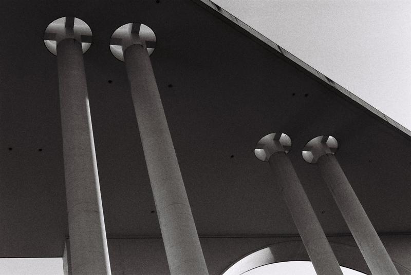 scale-cancellor-pallace-berlin-black-and-white-pillar