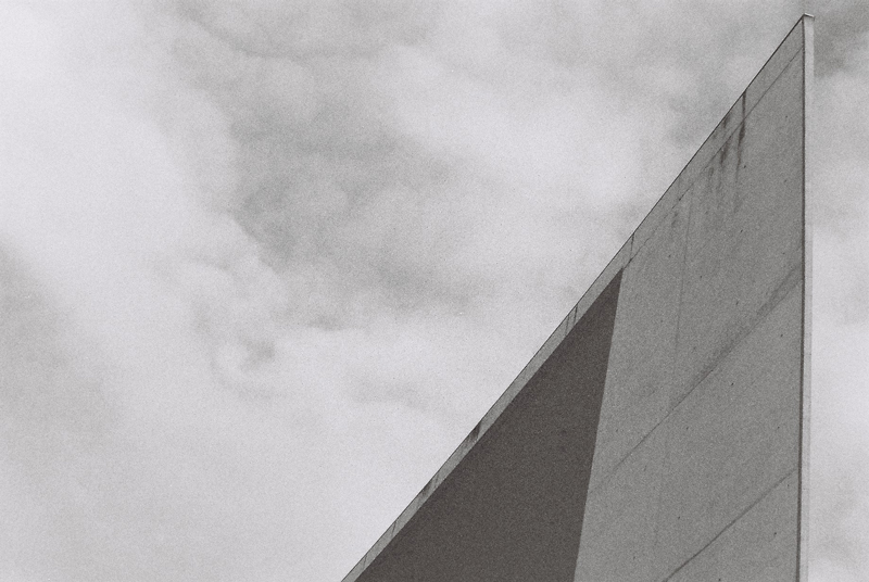 scale-concrete-wall-triangle-lines-berlin-black-and-white